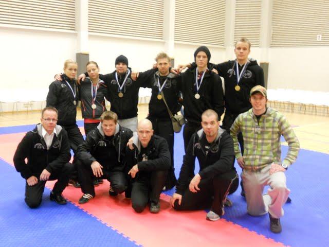Kickboxing Teamin SM-kisajoukkue 2011. Kuvassa mm. Suomen mestari Aki Jaakola (ylh. oik.), Kickboxing Teamin päävalmentaja Leif Stenius 2.dan (alh, 2. vas.) ja KBT Kokkolan päävalmentaja Tomi Kinnunen (alh. kesk.)